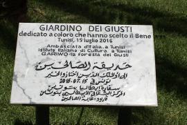 Pamětní deska u vchodu do Zahrady v Tunisu