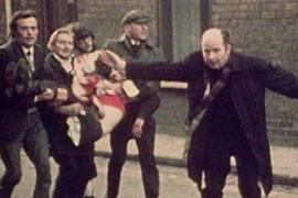 Otec Edward Daly mává bílý kapesník nasáklý krví